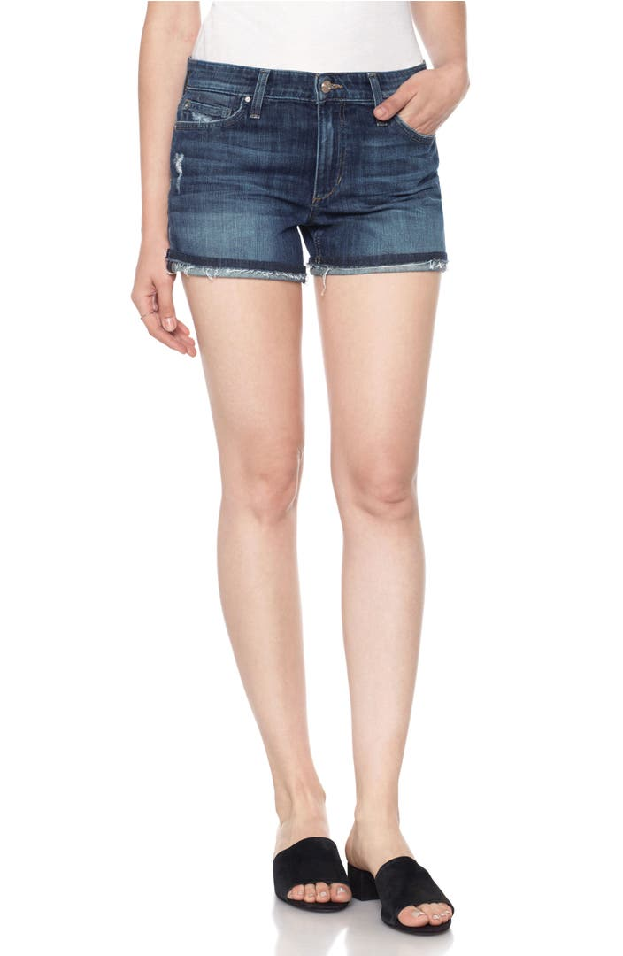 Get the edge on spring! Break out the whites in the form of these great-fitting women's shorts with a raw-edged hem.