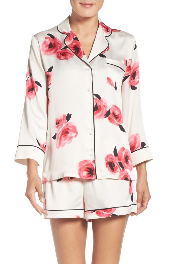 A stretch satin pajama set (short and shirt) Model