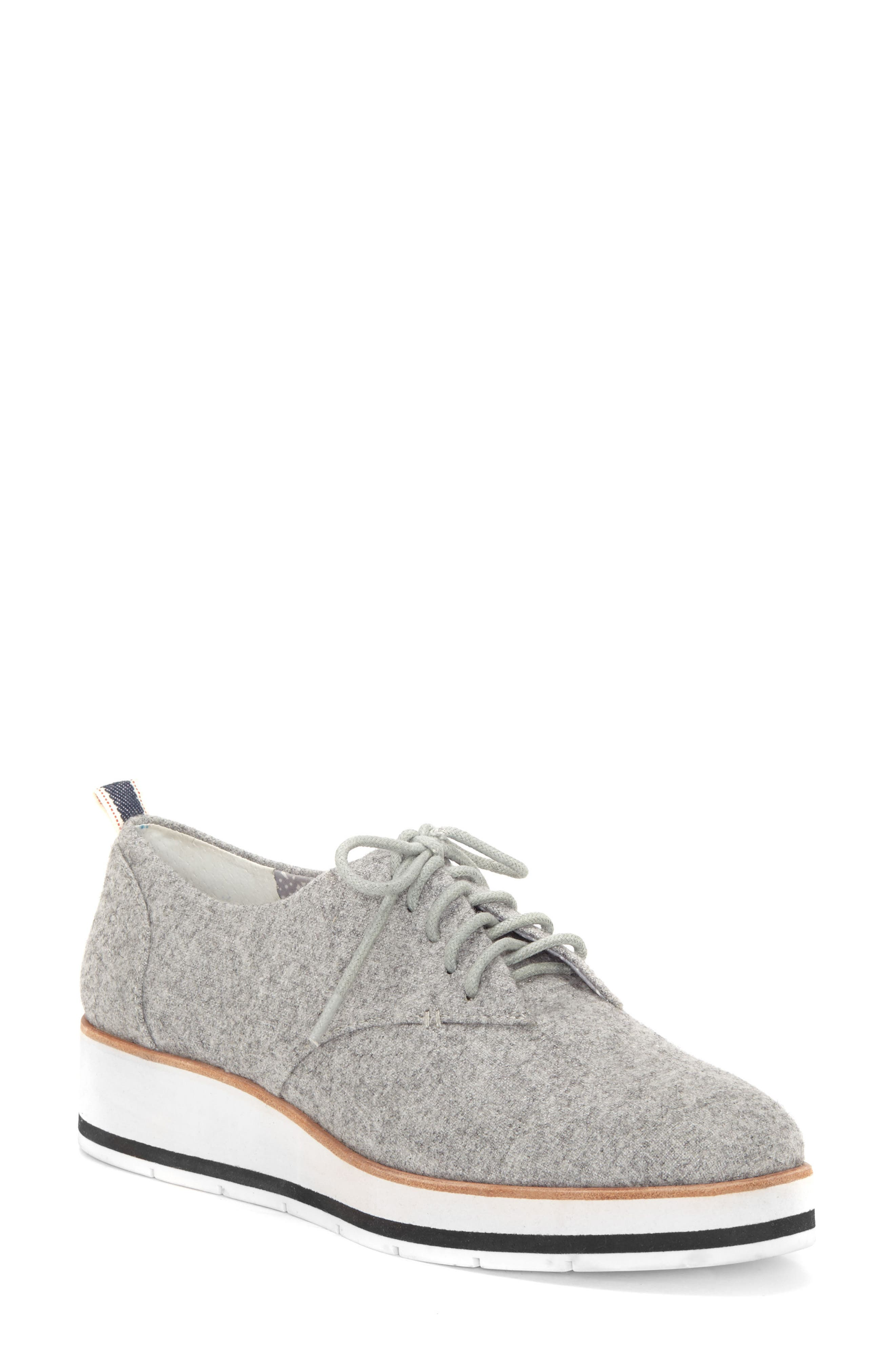 Main Image - ED Ellen DeGeneres 'Oberlin' Oxford (Women)