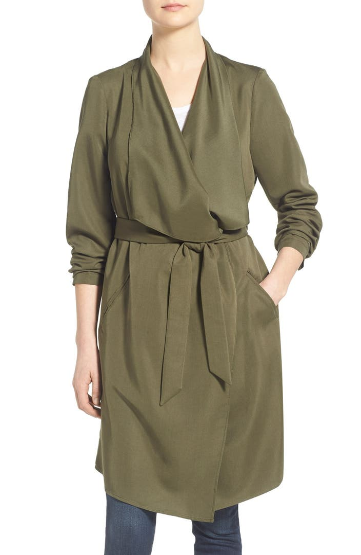 The trench coat is a classic garment, ideal between seasons. The new collection for women offers a range of original designs and prints in various colors perfect for any occasion. Choose a long trench coat for timeless elegance, or a flowy piece with sleeve details that shows off your personality.