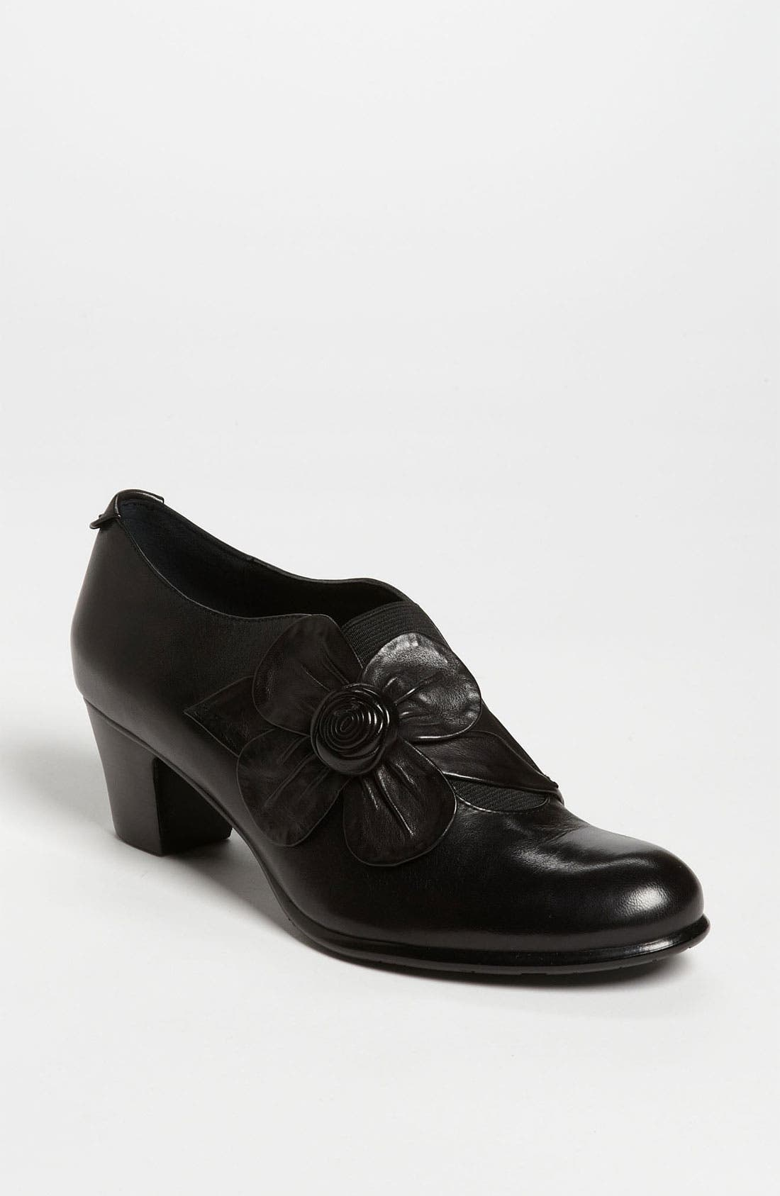 Alternate Image 1 Selected - Everybody 'Cappalla' Pump