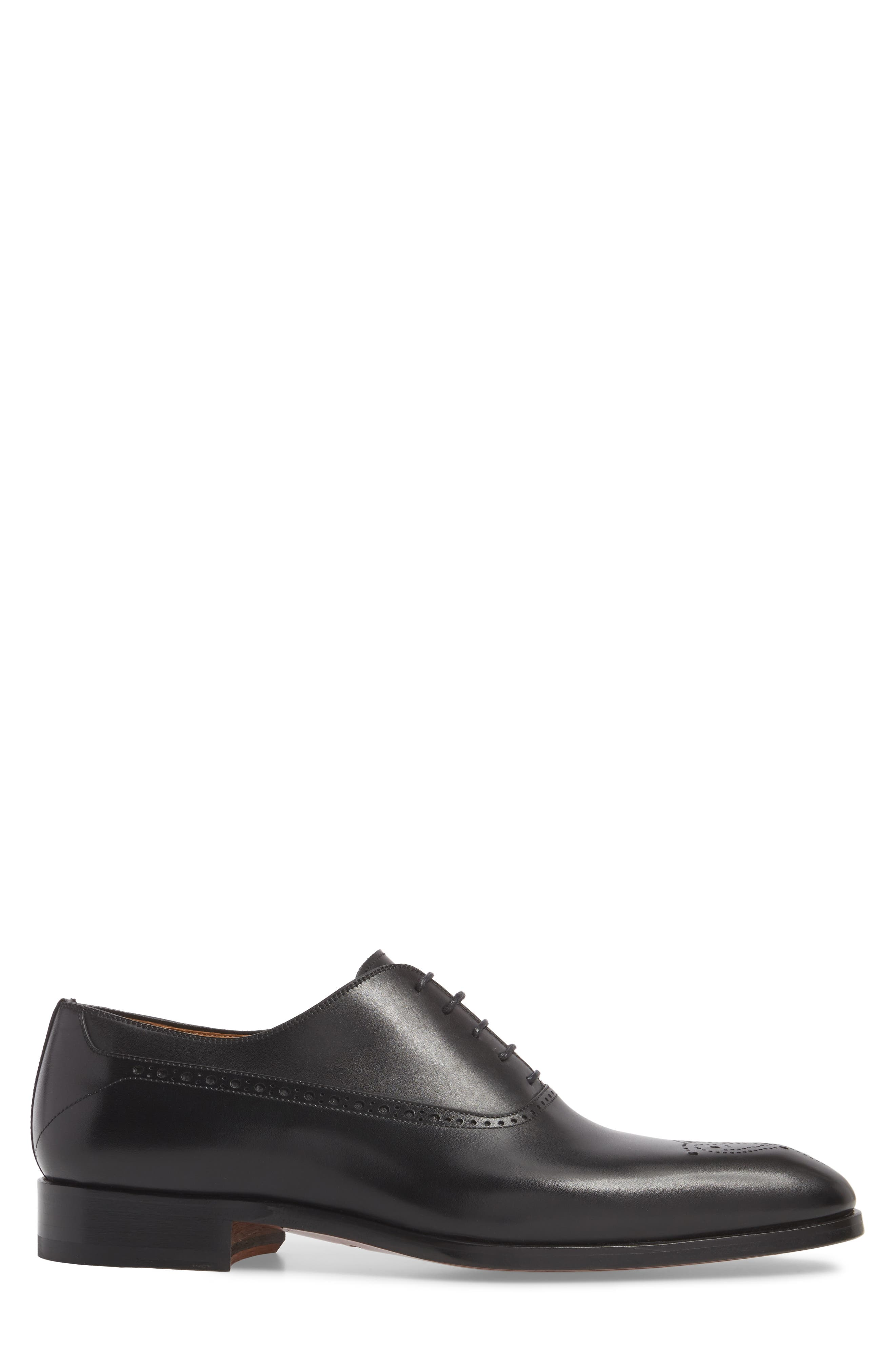 Manolo Medallion Toe Oxford,                             Alternate thumbnail 3, color,                             Black Leather