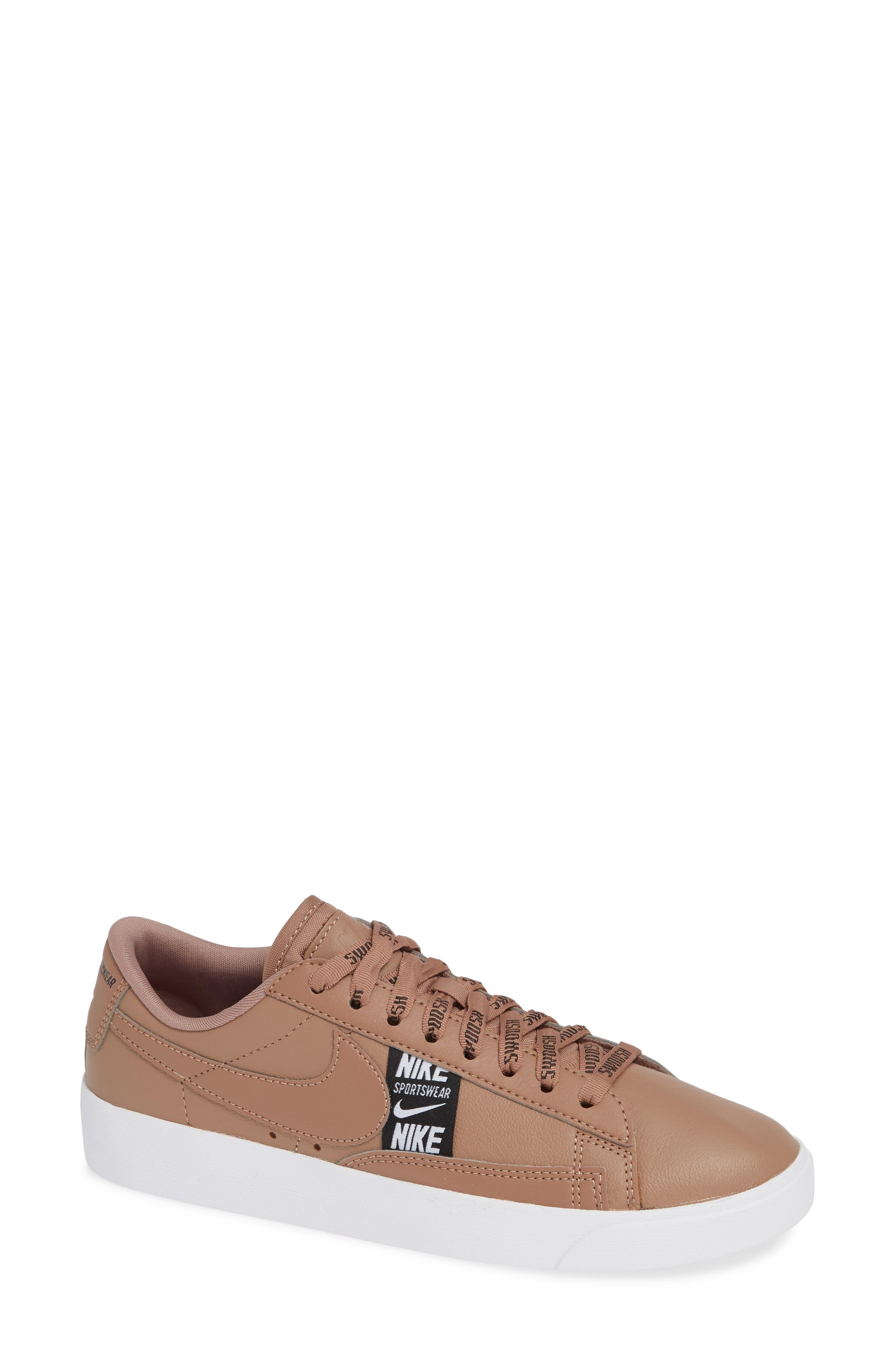 Blazer Low Se Sneaker by Nike