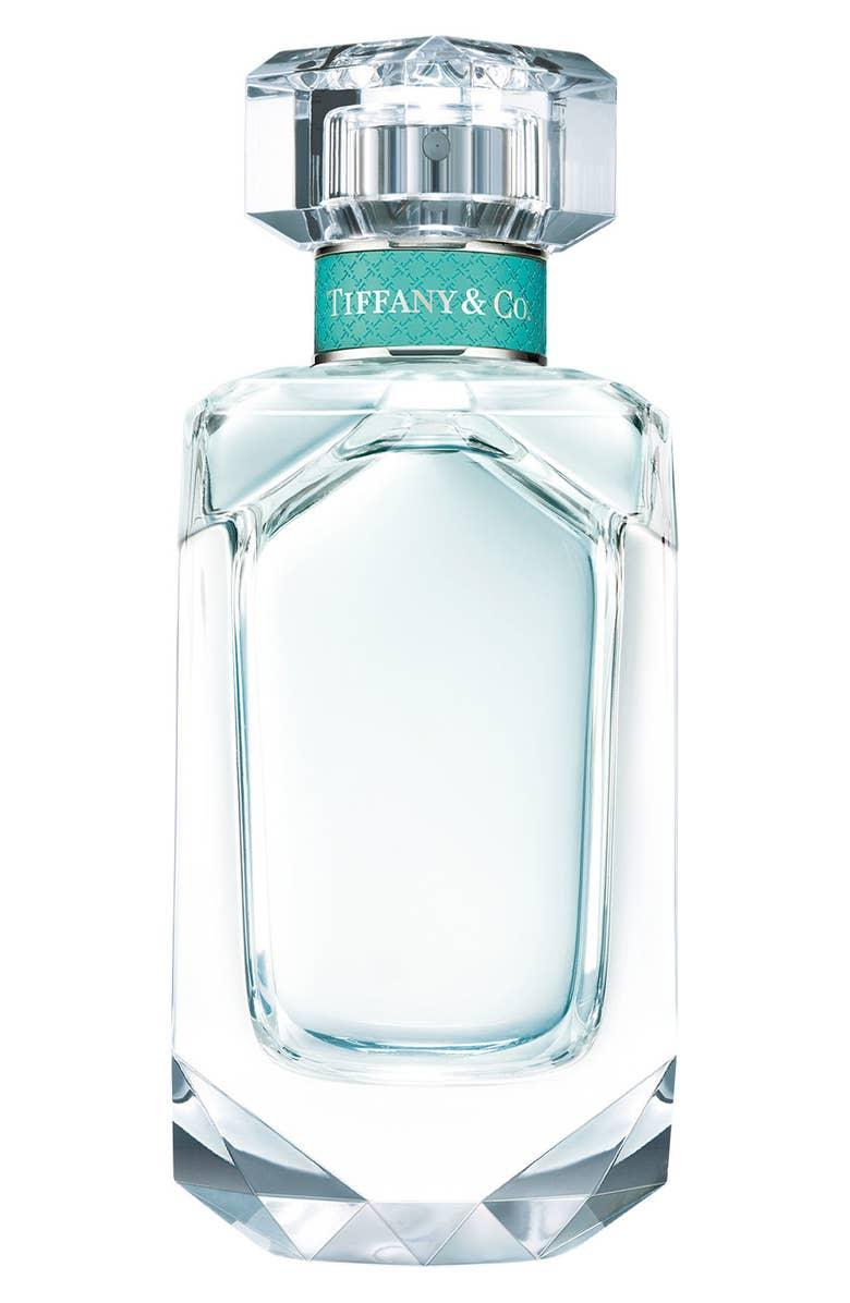 """- El nuevo perfume """"Tiffany"""" de Tiffany and Co: Aunque conocemos esta firma por sus exuberante joyas, hoy les presentamos un perfume que promete ser uno de los favoritos para este año 2019. Se trata de una fragancia muy femenina para la mujer contemporánea pero sin ser exageradamente fuerte. Consta de esencias de coctel y mandarina. Su precio oscila entre los $75 a $120."""