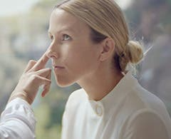 Play video to learn how to highlight with La Mer.
