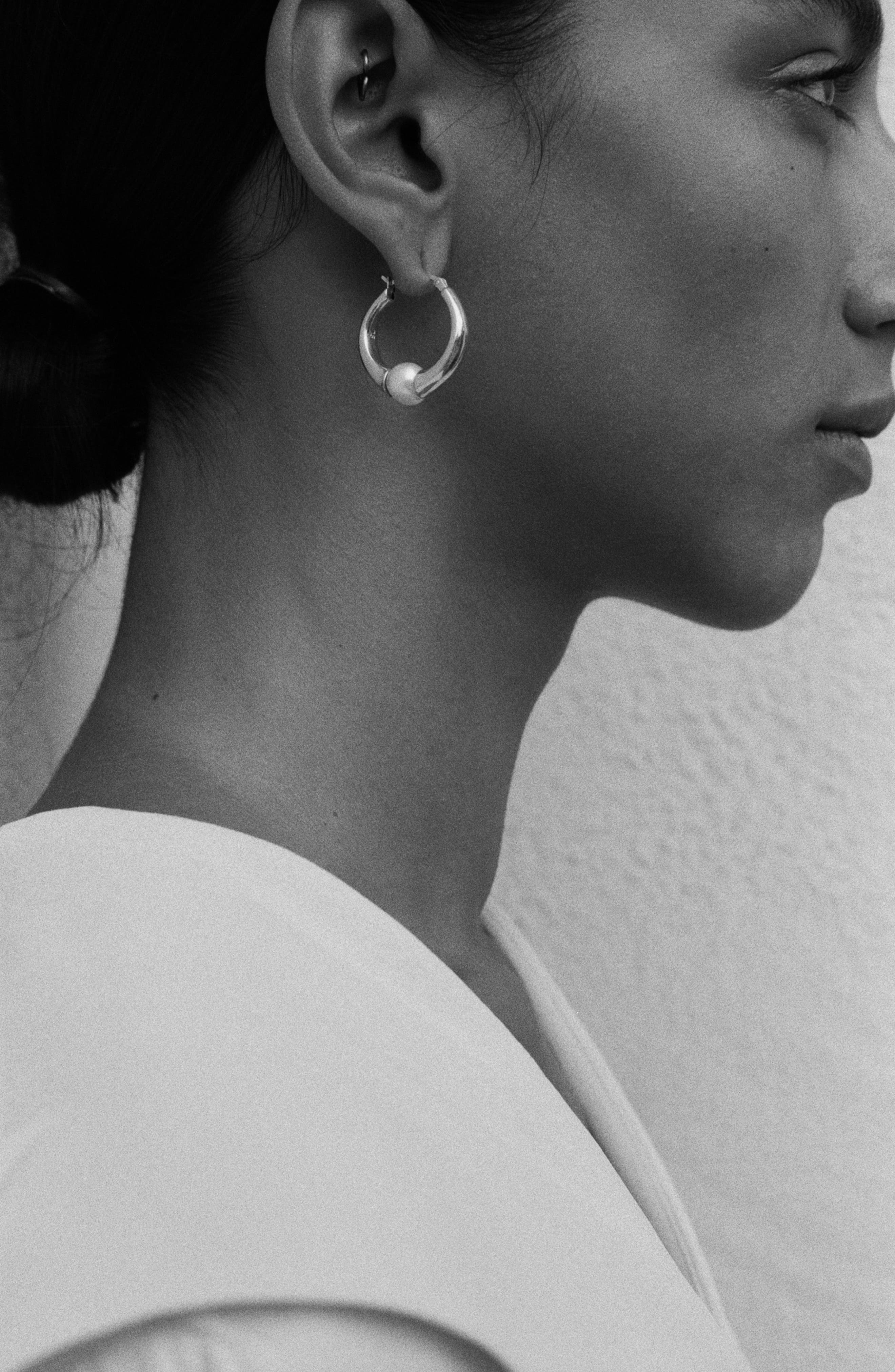 SOPHIE BUHAI, Small Vermeer Hoop Earrings, Alternate thumbnail 3, color, STERLING SILVER/ CRYSTAL PEARL