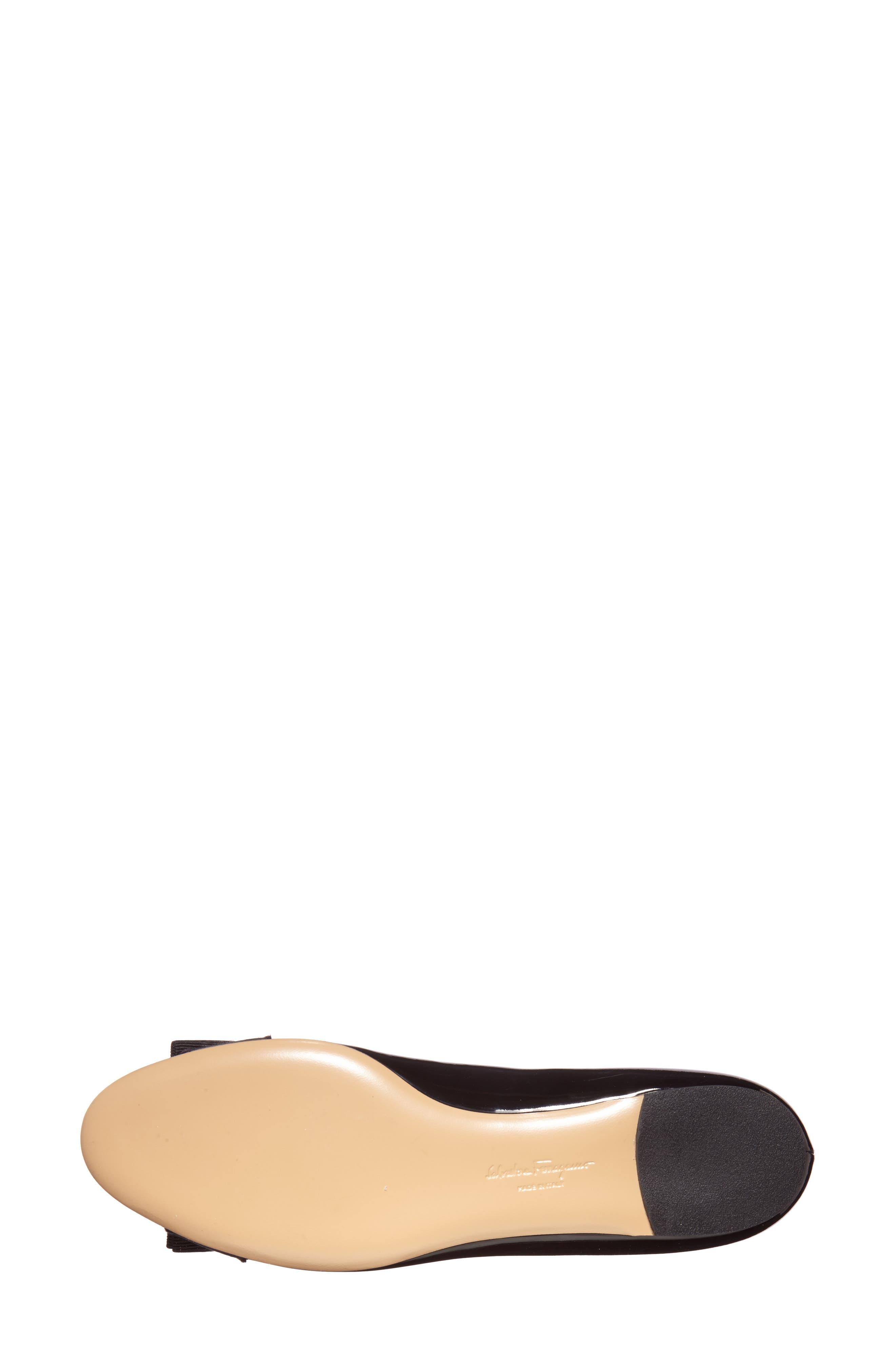 SALVATORE FERRAGAMO, Varina Leather Flat, Alternate thumbnail 5, color, NERO PATENT/ GOLD