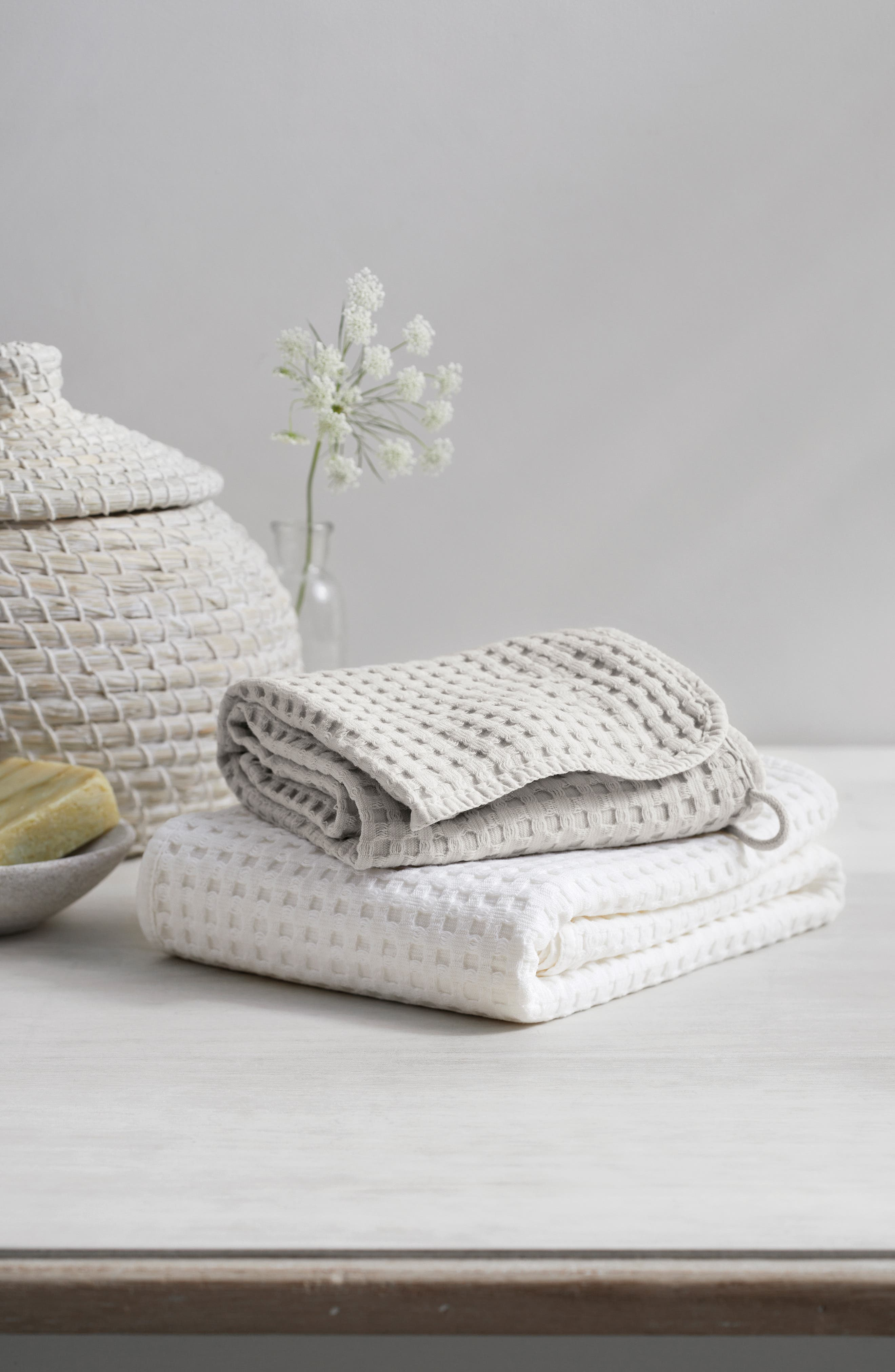 THE WHITE COMPANY, Lightweight Waffle Super Jumbo Towel, Alternate thumbnail 3, color, PEARL GREY