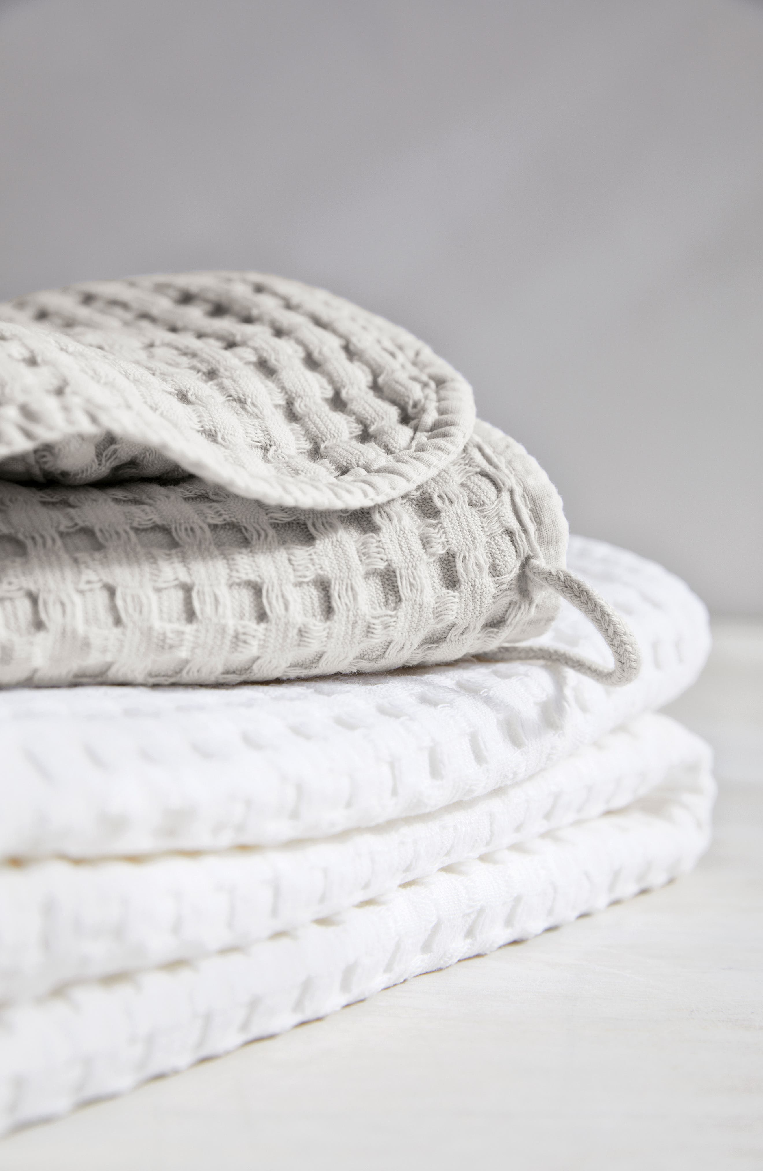 THE WHITE COMPANY, Lightweight Waffle Super Jumbo Towel, Alternate thumbnail 2, color, PEARL GREY