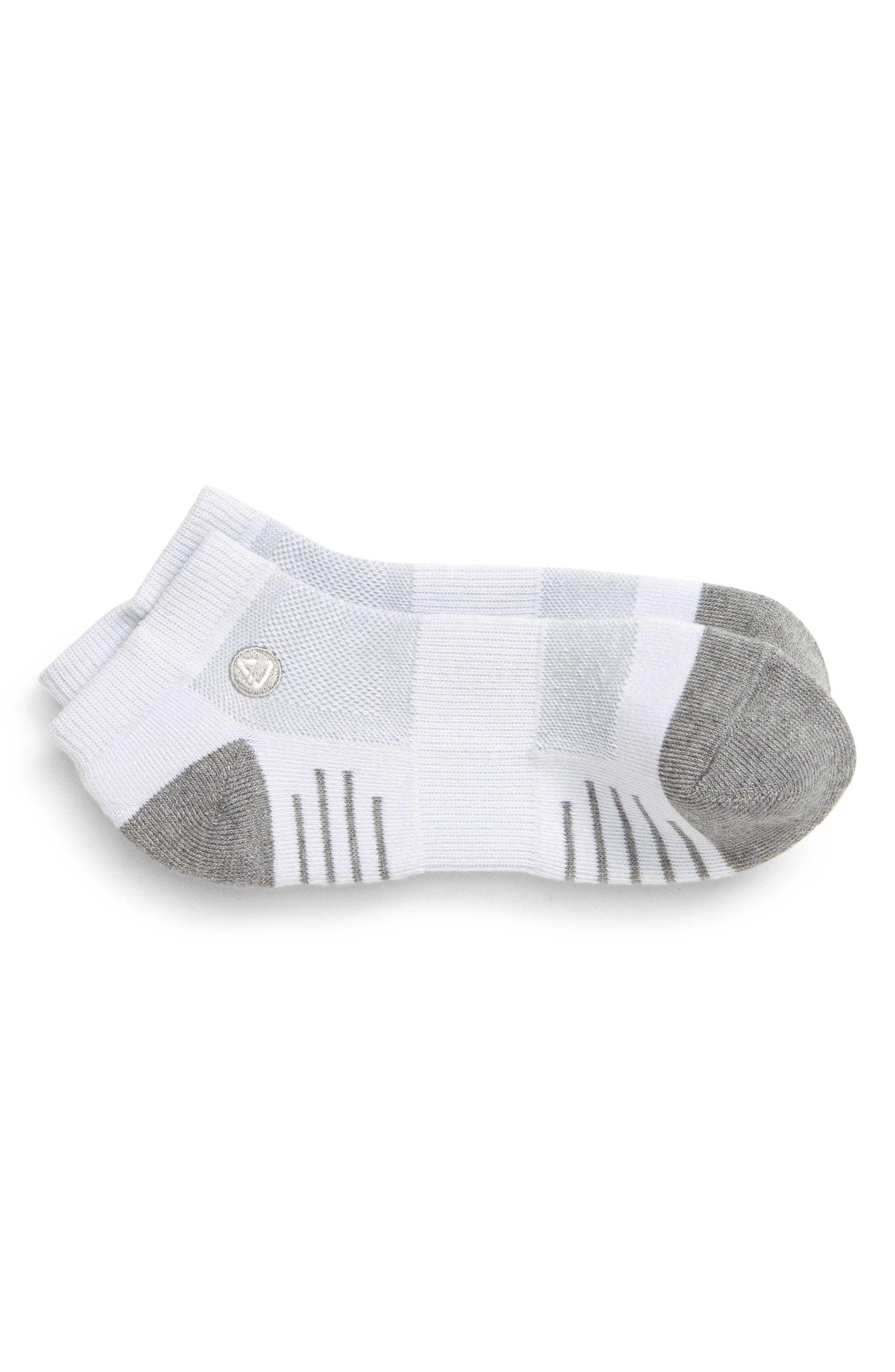 Stress-zone cushioning and targeted arch support put comfort underfoot from links to lunch in all-activity golf socks that keep each step cool and ventilated. Style Name: Travismathew Eighteener Ankle Socks. Style Number: 6117126. Available in stores.