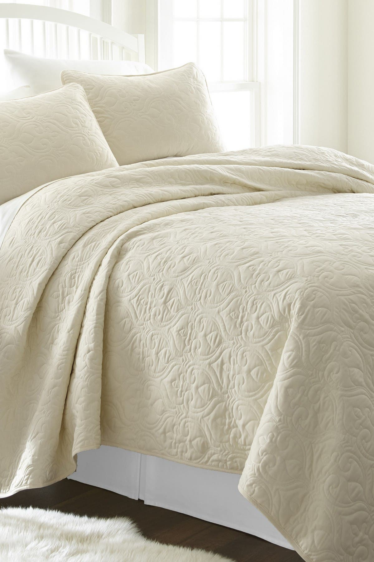 Image of IENJOY HOME Home Spun Premium Ultra Soft Damask Pattern Quilted King Coverlet Set - Ivory